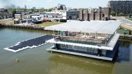 De Floating Farm is een unieke melkveestal in de Rotterdamse haven.